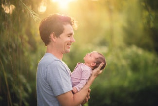 des moines iowa newborn photographer outdoors lifestyle family pictures