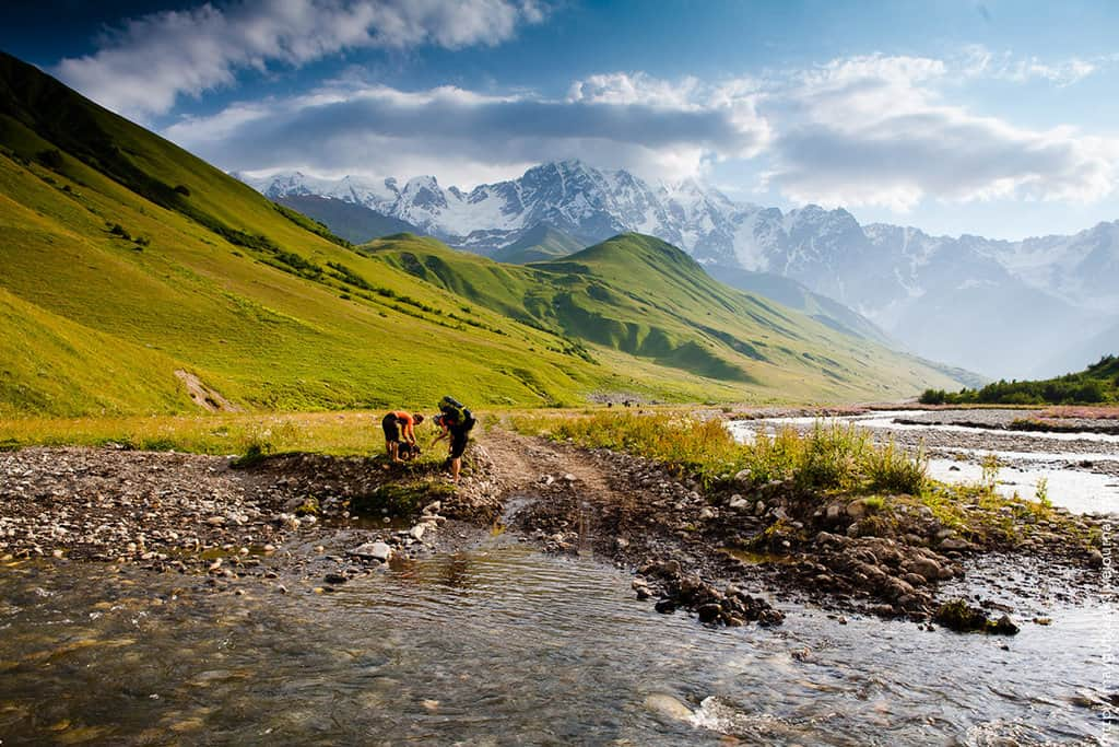 Río Enguri a los pies del glaciar Tetnuldi. Paso de Chkhutnieri al fondo