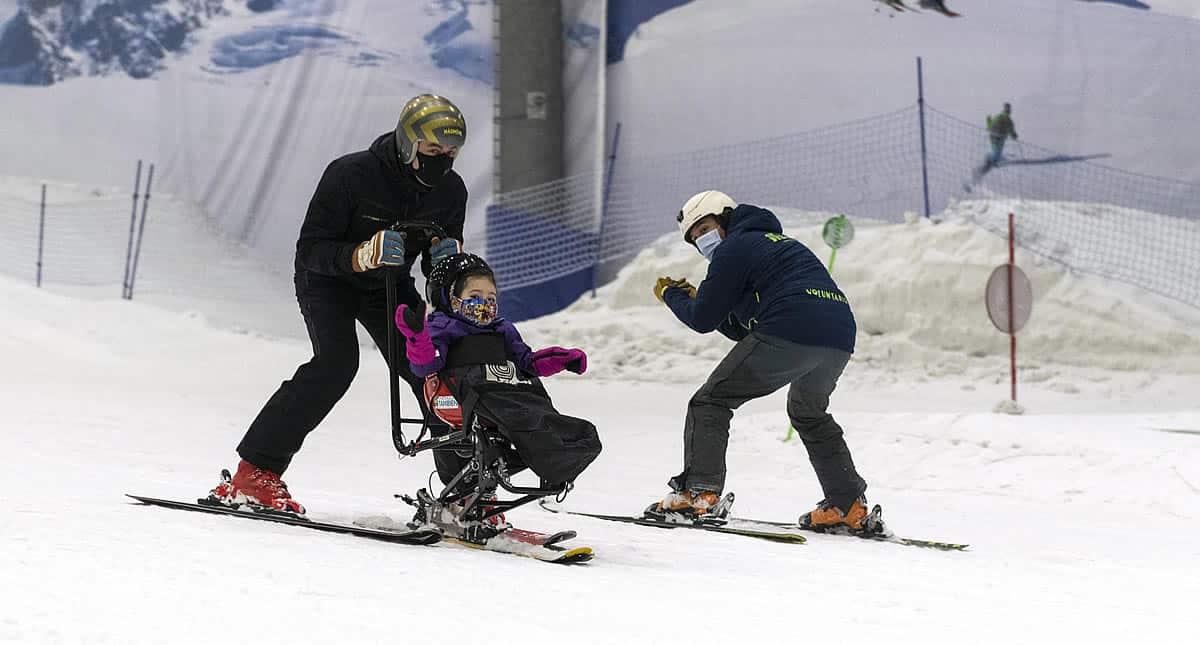 Jornada de esquí adaptado con Jan Farrell en Madrid Snowzone para niños con discapacidad severa.