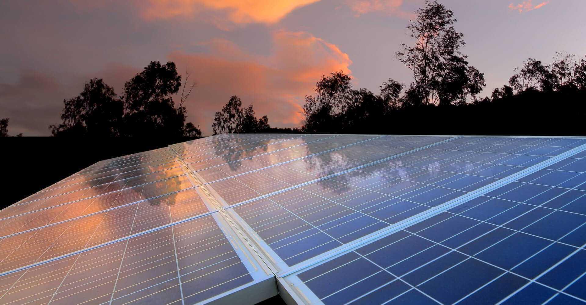 panele słoneczne zamontowane na dachu