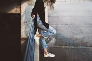 Frau mit Minimalschuhen