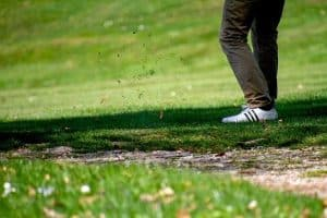 Golfschuhe auf Rasen