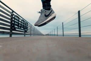 Mensch mit Sneakern springt
