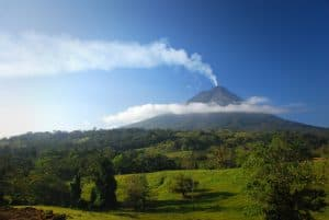 Vista del Volcán Arenal con nubes bajas y humo saliendo