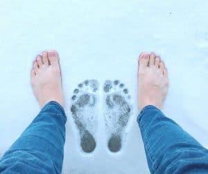 Barfuß ohne Schuhe im Schnee
