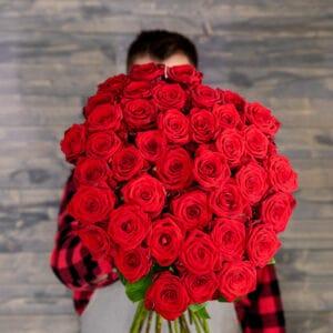 Kurýr a pugét rudých růží