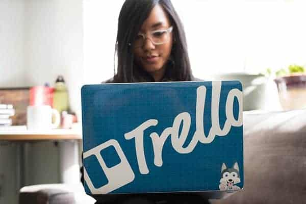 How to manage several freelance clients at once - Freelancer working from laptop