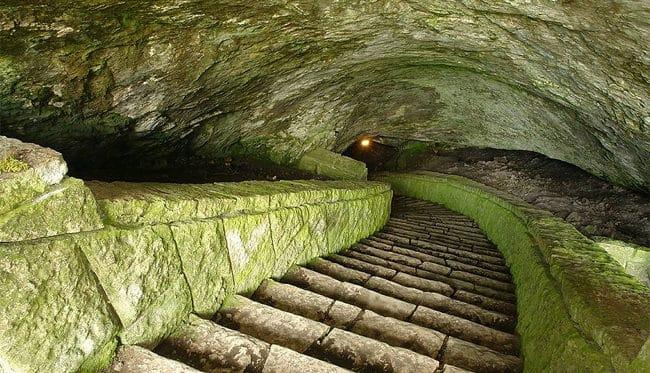 entrada a la cueva de Magura