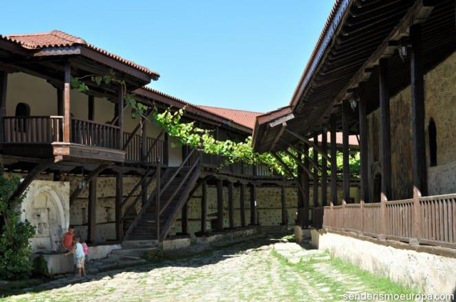 Monasterio de Rozhen en madera y piedra