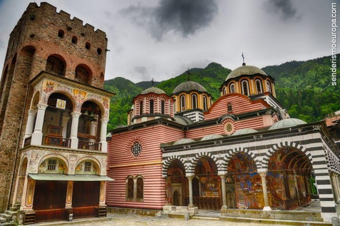 Torre medieval y frescos del monasterio de Rila