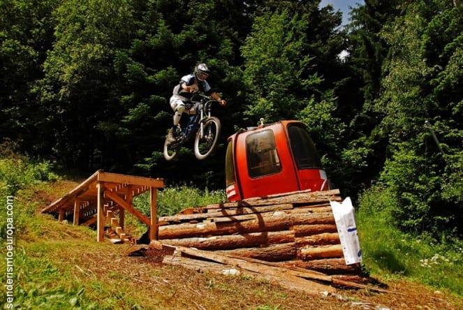 Salto de mountain bike extremo