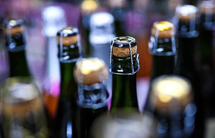 Чиновники предложили снять запрет на торговлю алкоголем онлайн, на АЗС и в заповедниках