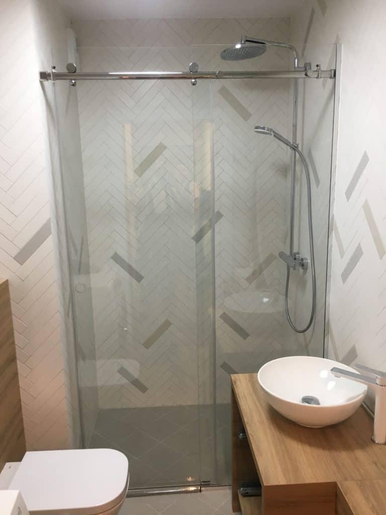 Kabina prysznicowa z przeźroczystym szkłem