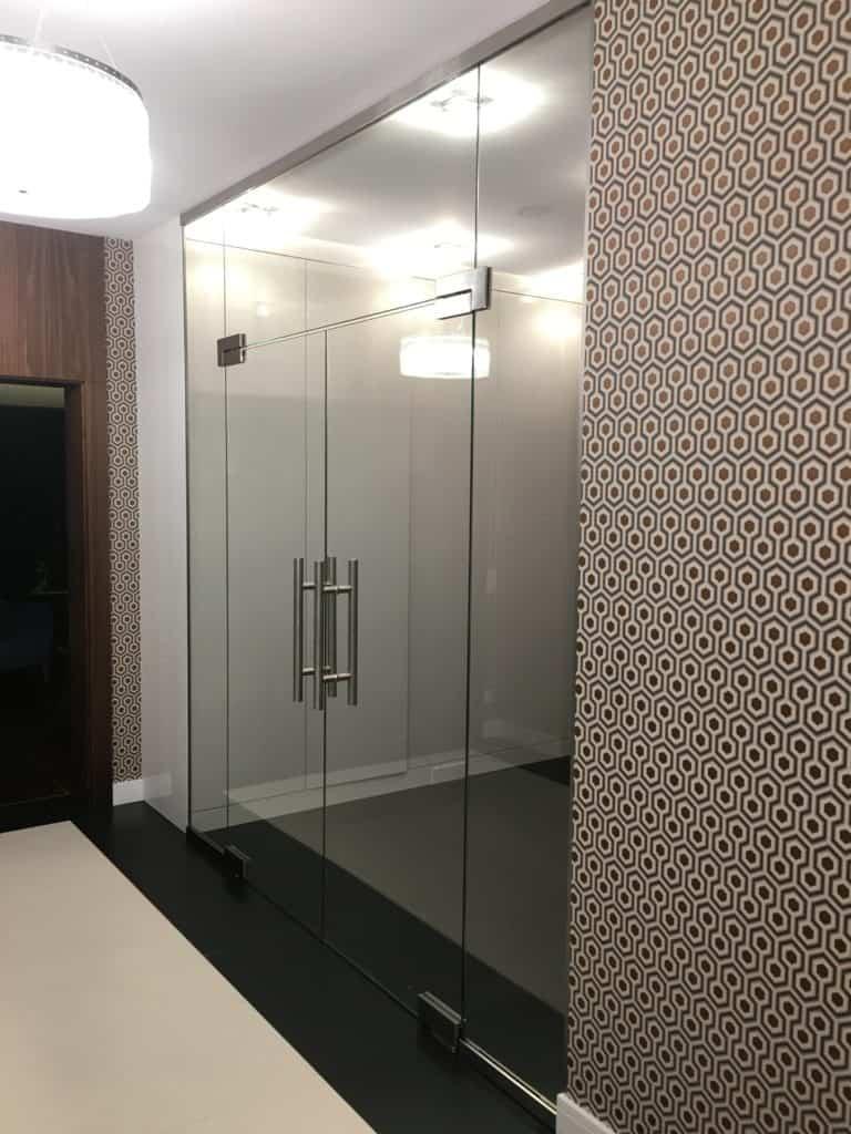 Przeźroczyste drzwi wykonane szkła