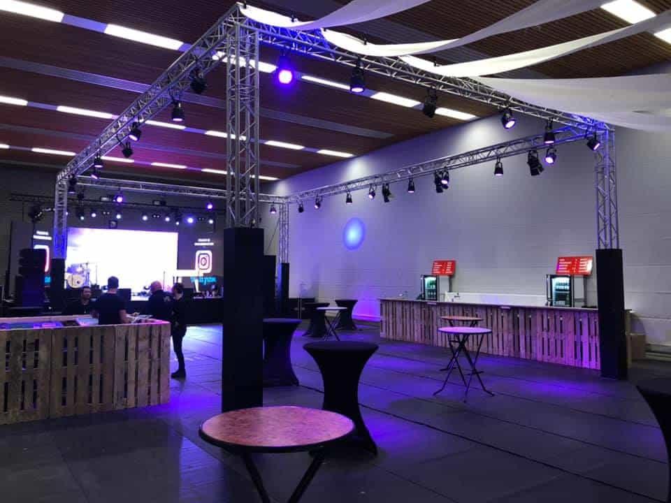 Zaalverlichting en podium in de sporthal te Eerbeek