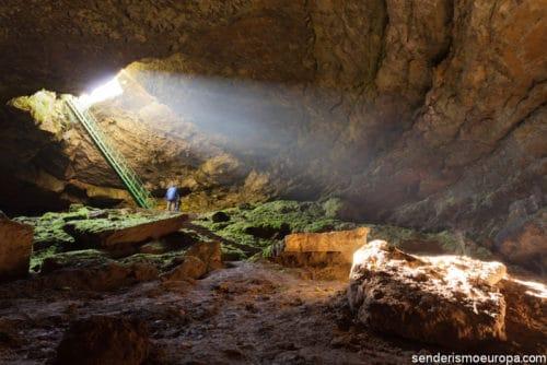 심연 동굴
