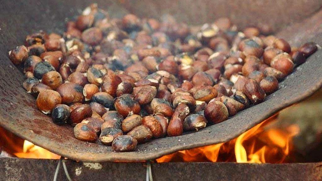 La castaña asada, típica del los magostos