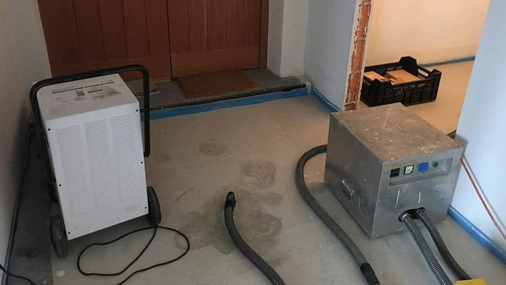 Daemmschichttrocknung Wasserschaden Seitenkanalverdichter Luftentfeuchter - Wasserschadensanierung