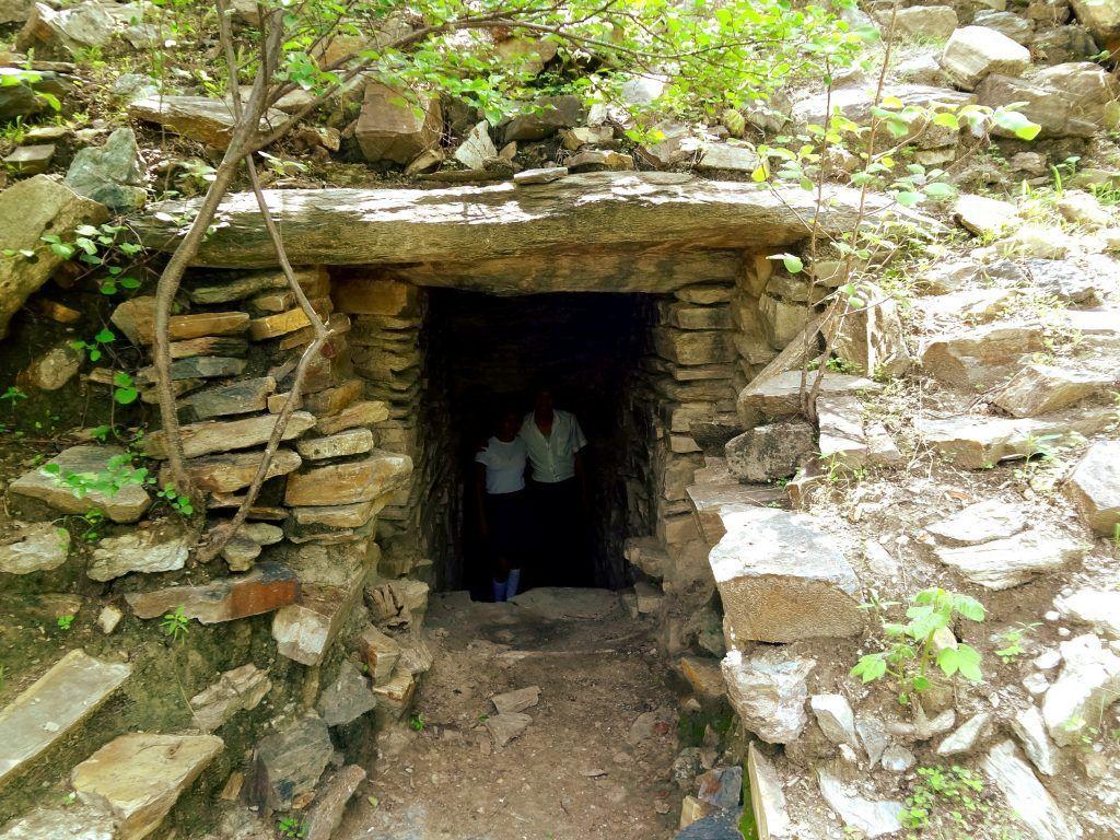 Acceso a una cámara en las ruinas del Guaytán