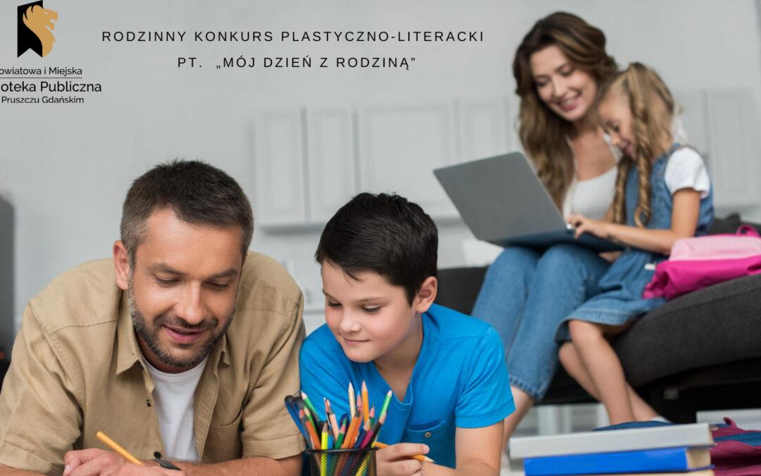 """Dorosły mężczyzna i chłopiec leżą na podłodze z kredkami w rekach, przed nimi stoją kredki. Z tylu za nimi siedzi dorosła kobieta z laptopem na kolach a obok niej dziewczynka. Napisy: powiatowa i Miejska Biblioteka Publiczna w Pruszczu Gdańskim, konkurs plastyczno-literacki pt. ,,Mój dzien z rodziną""""."""