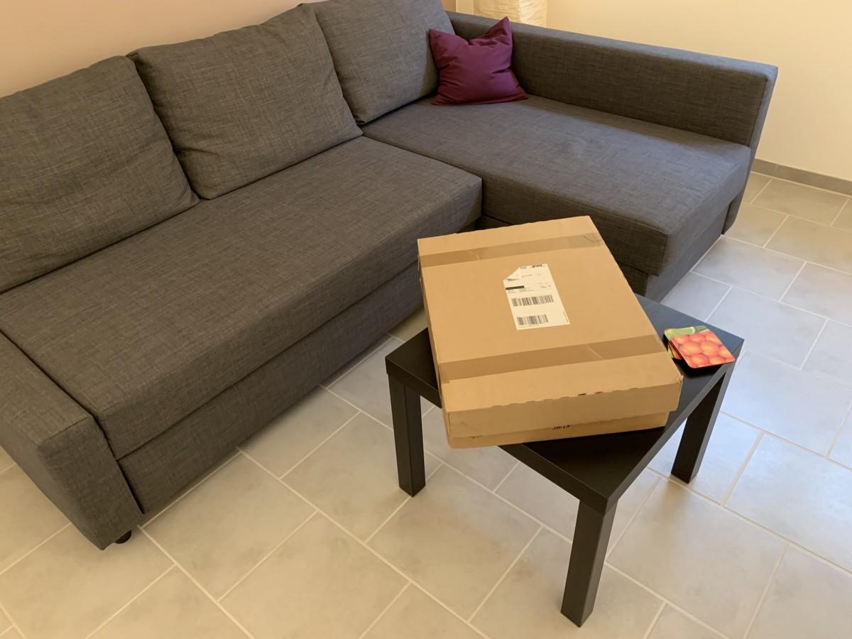 Das Paket im Vergleich zu einem Couchtisch.