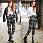 Eine schicke Hose als spannender Kontrast zu Lederjacke und Boots