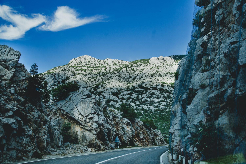 Adriatische Küstenstraße mit Karstefelsen an den Seiten