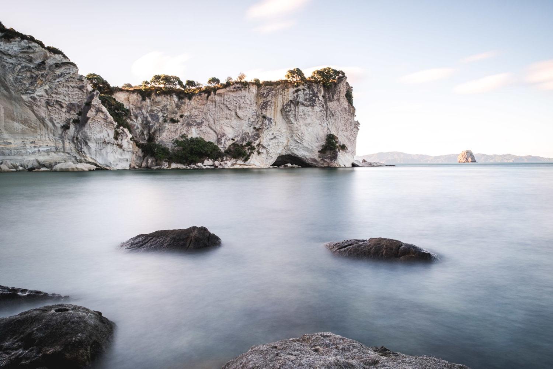 Kalkfelsen in einer Bucht