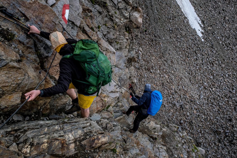 Zwei Wanderer steigen an Drahtseilen vom Kuchenjöchli ab