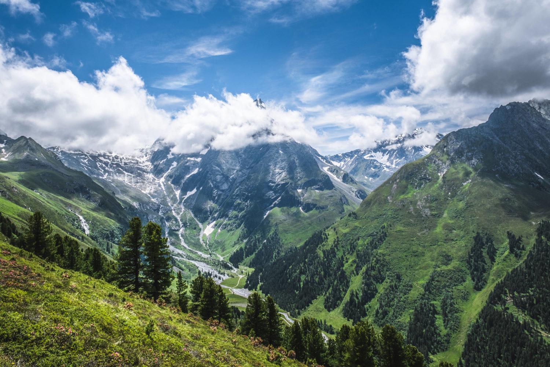 Gletscherflüsse, Wald und Berge