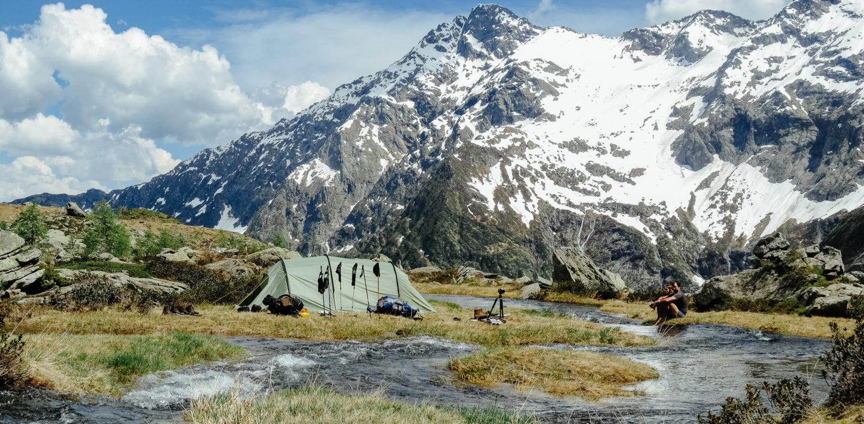 Zwei Wanderer vor Zelt in den Alpen