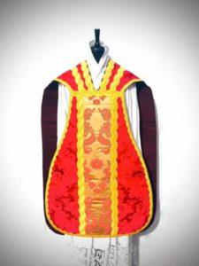 Pianeta in taglio francese di damasco rosso con inserti - davanti - Fiducia Tantum