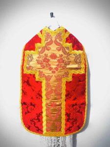 Pianeta in taglio francese di damasco rosso con inserti - dietro - Fiducia Tantum