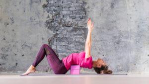 Yoga blok: Top 3 beste! + 30 manieren om een yoga blok te gebruiken!
