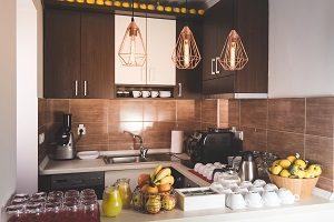 Kücheneinrichtung, dunkelbraun, moderne Küche, eingerichtete Küche