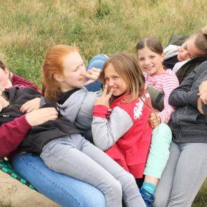 """Ein Mittsommer-Ausflug für Geschwister von krebskranken Kindern im Natur-Kultur-Erlebnispark und Jugendherberge """"Panarbora"""""""