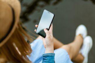 mujer con teléfono whatsapp busness geandce