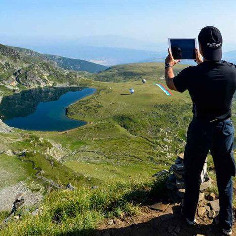 Връх, който води сякаш до самия рай. Под него, сини езера, пъстри цветове и недорисувана рисунка... сякаш ме предизвиква да я довърша