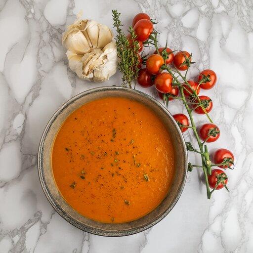 Tomaten soep van gegrilde tomaten, tijm en basilicum