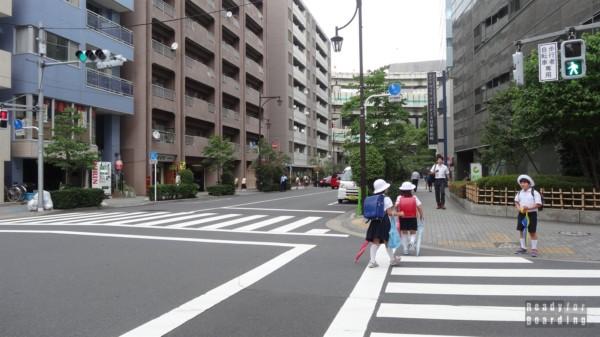 Japonia, Tokio - maili uczniowie idą do szkoły