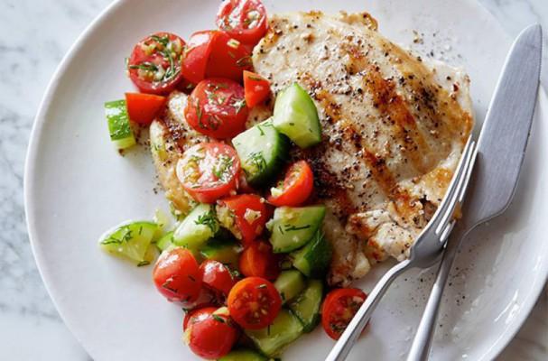 مرغ گریل شده به همراه خیار و گوجه