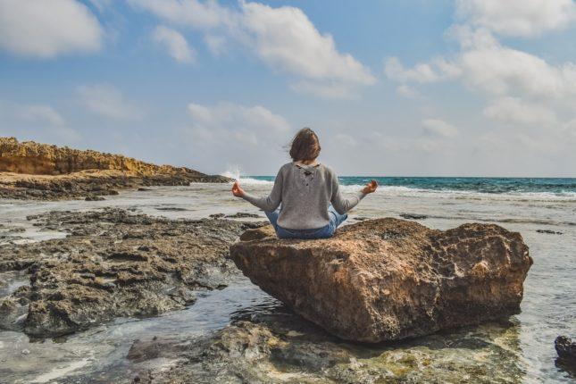 medytacja kobiety na skale