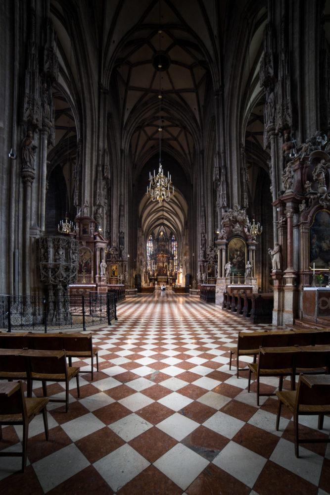 Blick ins Kirchenschiff einer Kirche in Wien