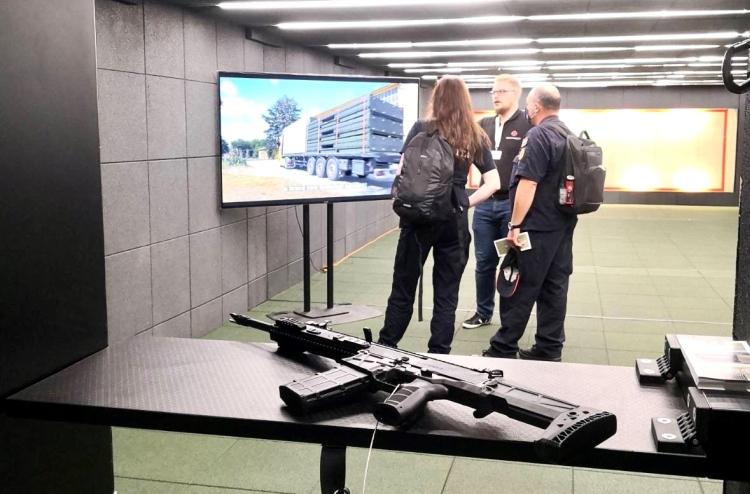 fegyver televízió monitor emberek épület
