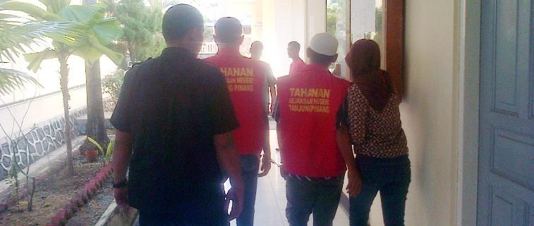 Dua terdakwa digiring usai sidang di PN Tanjungpinang. Foto Ian