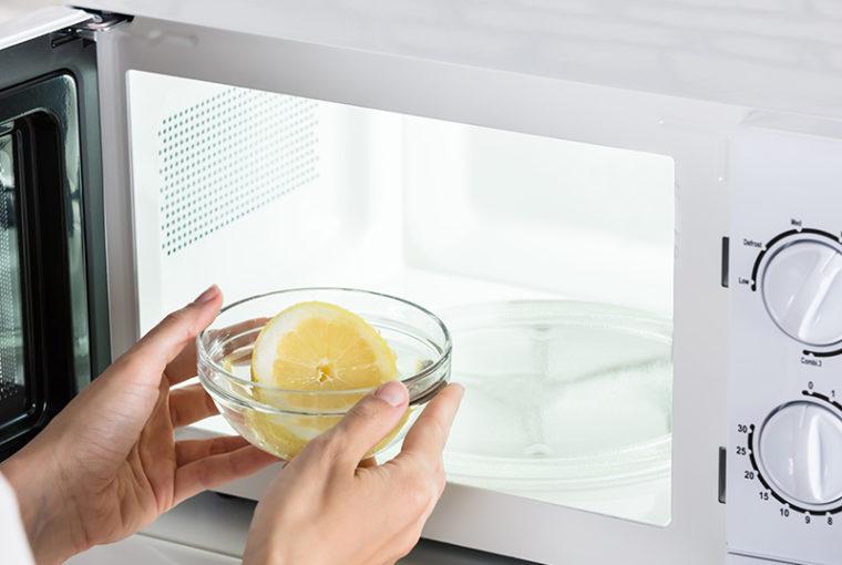 pulire il microonde con metodi naturali