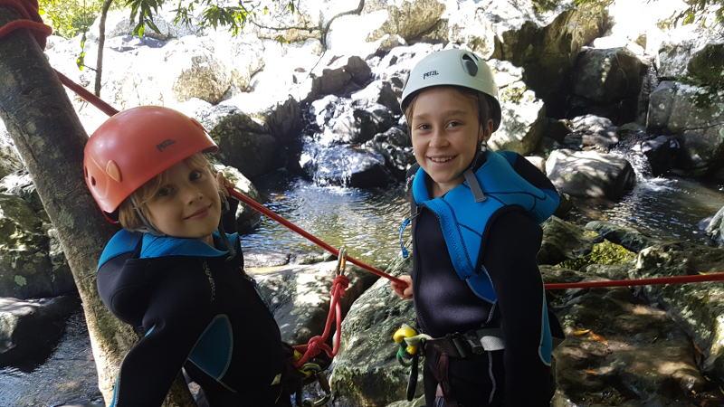 Activité canyoning avec des enfants à la Réunion.