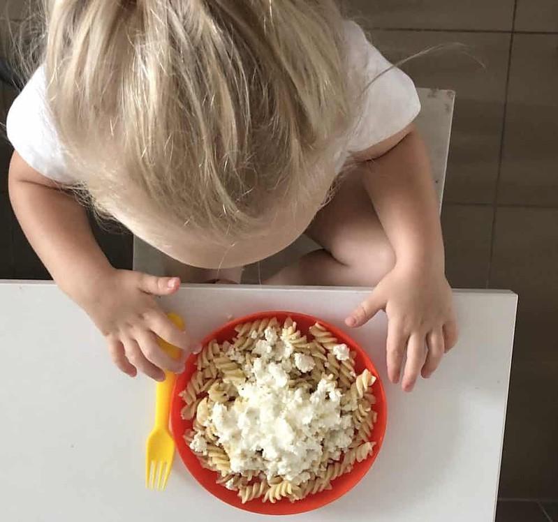 Child with makaron z serem.