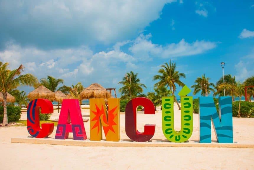Aktivitäten in Cancun, Mexiko - Cancun Schriftzug an der Playa Delfines