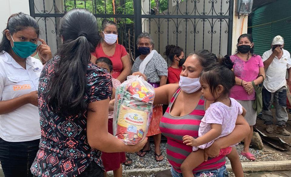 Madre con su hija recogiendo una bolsa